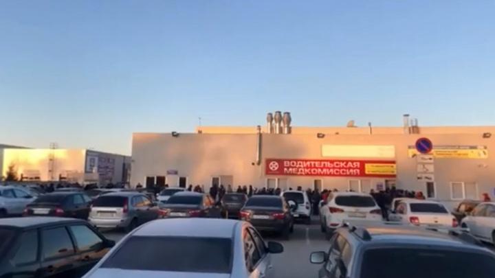 «Даже на улице!»: очереди водителей за медсправками в Самарской области стали еще больше