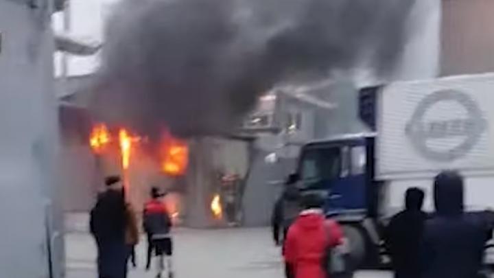 В Екатеринбурге произошел пожар в здании фирмы, продающей отходы поролона: видео