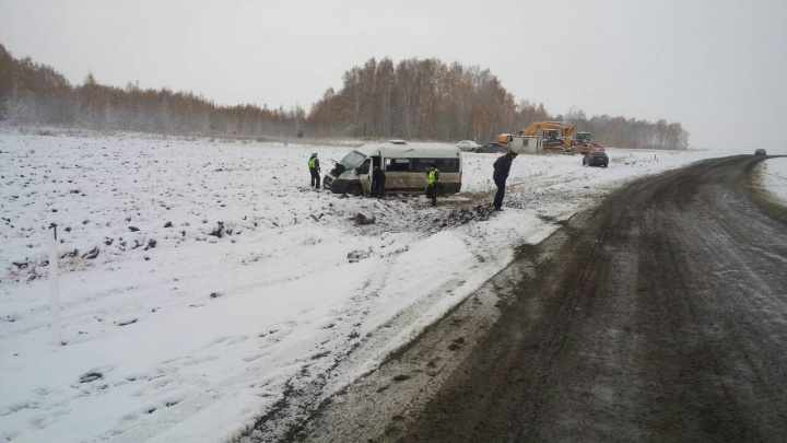 Маршрутка ушла в снежный занос на трассе в Челябинской области, пострадали четверо