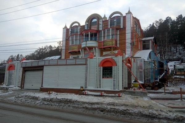 Дом стоит по пути к восточному входу на «Столбы»