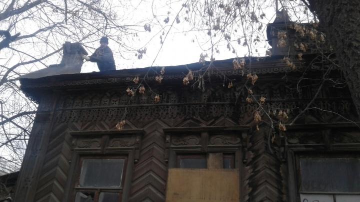 Старинное деревянное здание в центре Екатеринбурга начали разбирать на куски