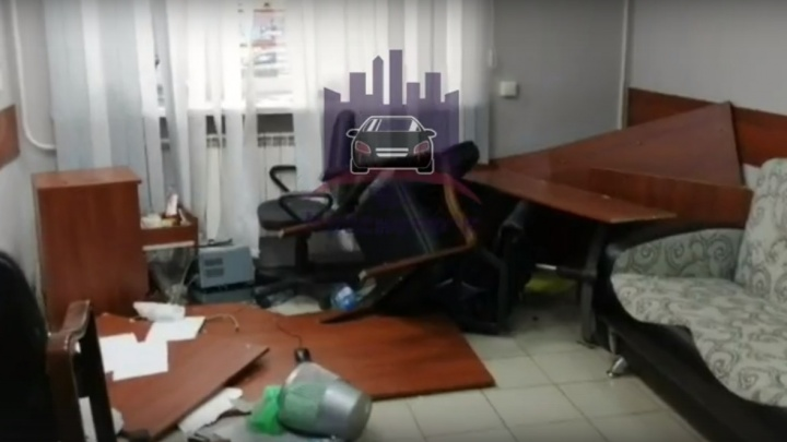 Группа мужчин в масках устроила погром в офисе строительной фирмы в Красноярске