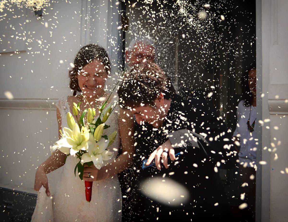 После церемонии молодожёнов посыпают рисом