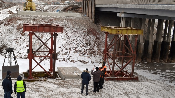 На обходе Красноярска начали монтировать пролеты дополнительного моста через Качу
