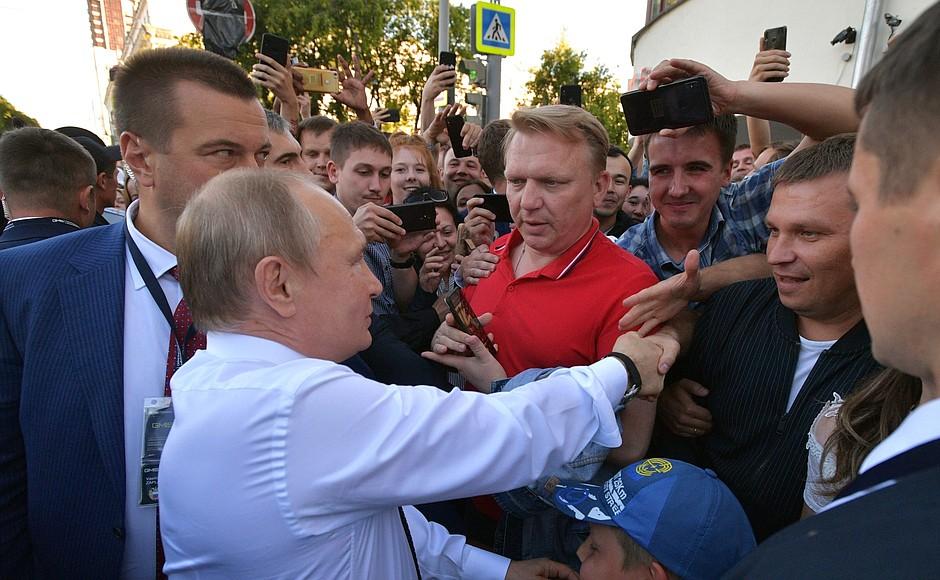 Президент пожал руки нескольким людям