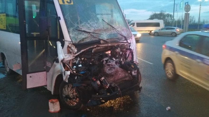 В Челябинске полная маршрутка столкнулась с фургоном, пострадавших развозят скорые
