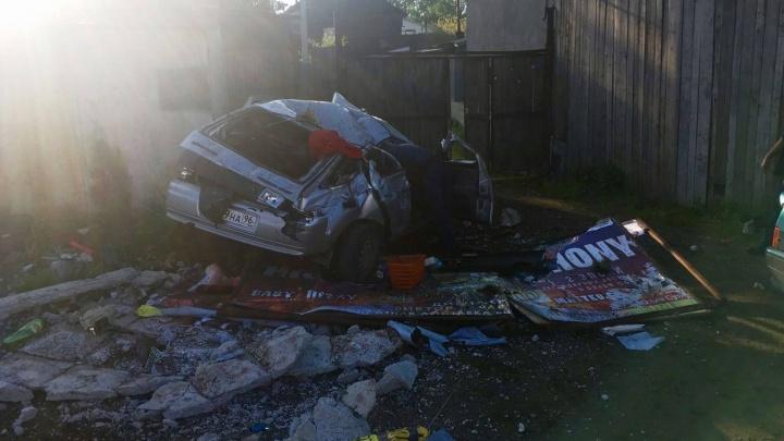 """За """"Мегой"""" водитель ВАЗа протаранил бетонный забор"""