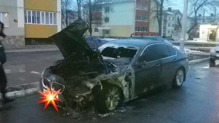 В одном из городов Башкирии сожгли дорогую иномарку
