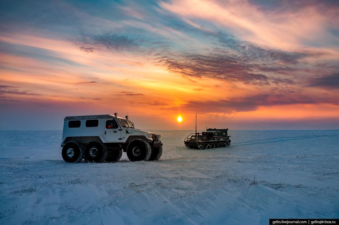 Съёмки проходили в зоне вечной мерзлоты. Летом эта местность на 80% состоит из болот и озёр, поэтому работы по поиску и разведке месторождений ограничены коротким сезоном с декабря по апрель, когда всё покрыто снегом, часто бушует пурга, а температура может опускаться до –50 градусов