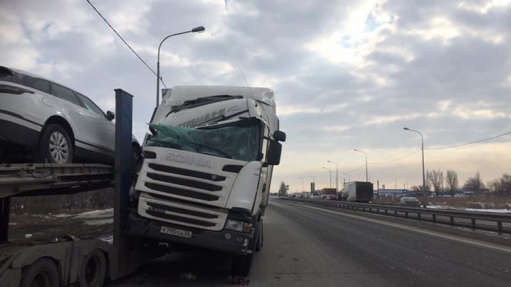 Срезало полкабины: в Самарской области фура врезалась в автовоз