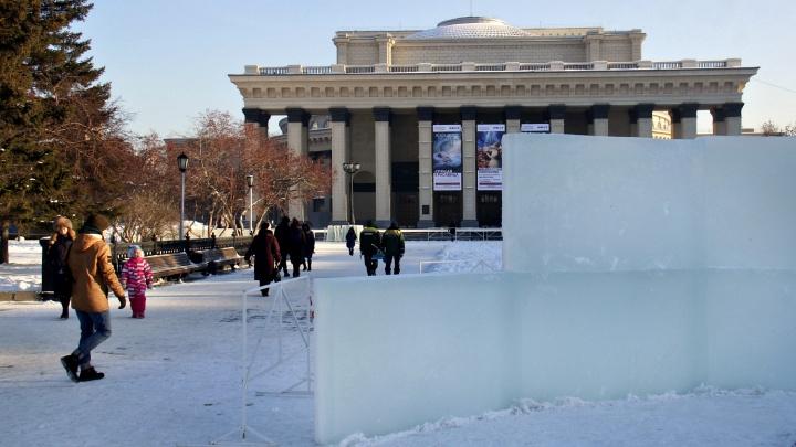 К оперному театру привезли ледяные плиты: здесь начали делать новогодний городок
