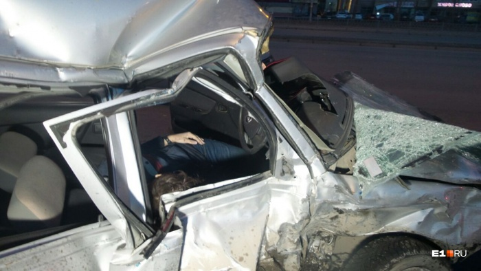 Фургон врезался в бок легкового автомобиля