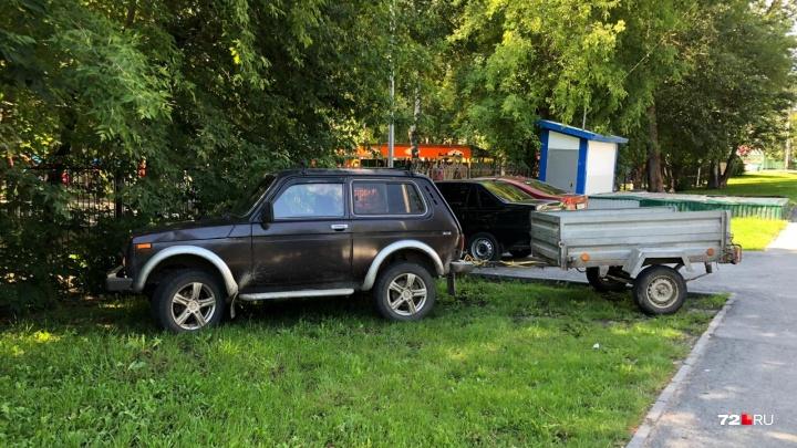 «Я паркуюсь, как...»: «Нива» с прицепом на газоне у детсада и автохам-рецидивист на Войновке