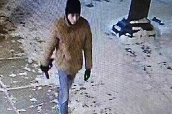 Подозреваемый попал в объектив одной из уличных камер наблюдения