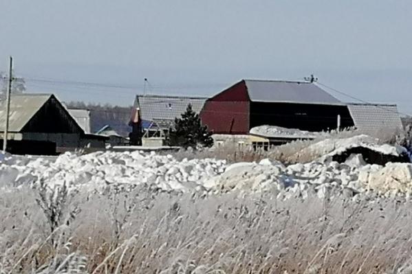 Снег сгружают по ночам неподалёку от домов
