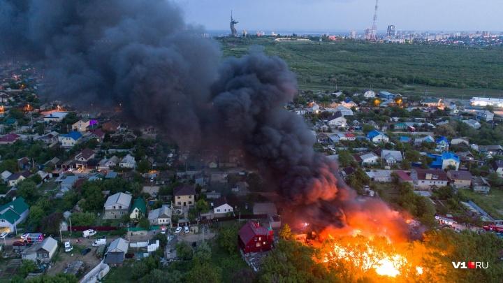 «Горит пластик и искрится проводка»: большой пожар у Мамаева кургана в Волгограде — фоторепортаж