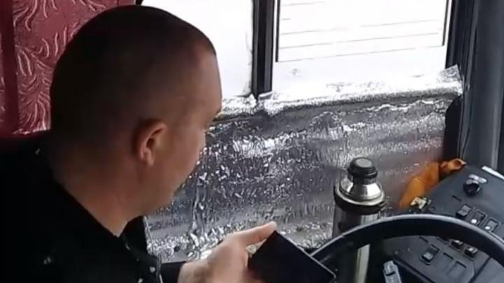 Водителю автобуса 64-го маршрута грозит штраф за просмотр видео за рулём