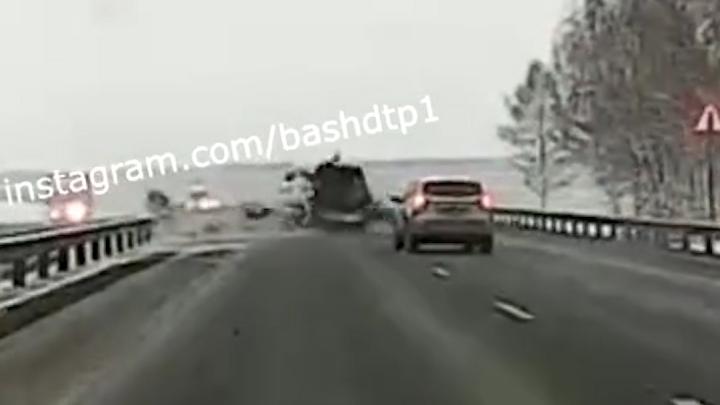 «Водитель отвлекся от дороги»: на видео попало, как в Башкирии кроссовер протаранил маршрутку