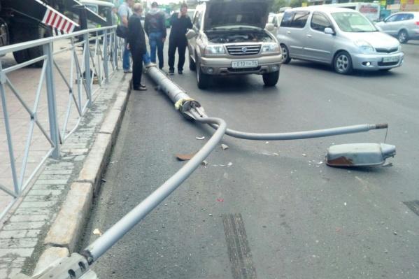 Фонарный столб рухнул на«Хонду» и «Сузуки» на Красном проспекте