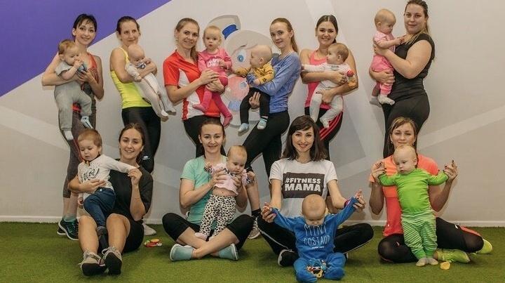 Бизнес в декрете: молодая мама открыла студию фитнеса, где качают попу с малышом на руках