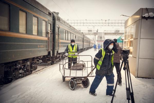 Некоторые из работников с любопытством рассматривали поезд, и, кажется, не все понимали, чем именно этот состав вызвал такой интерес