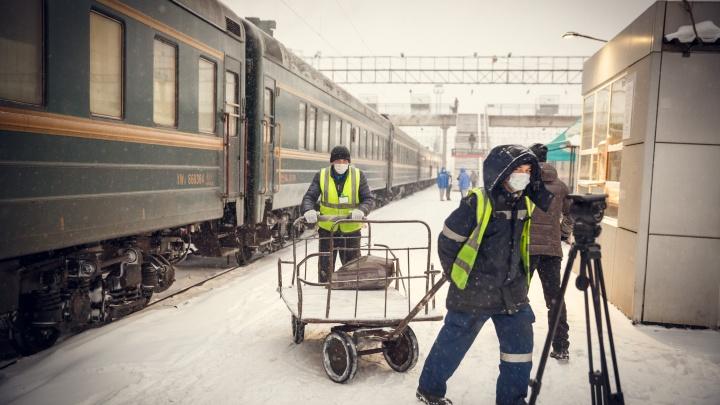 Люди в масках, окна в вагоны «закупорены». Фоторепортаж, как Тюмень встречала поезд из Пекина