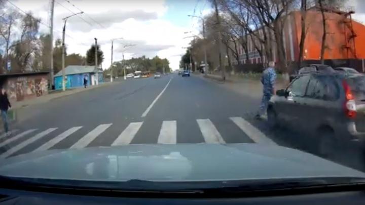 «Бежал по переходу и смотрел в другую сторону»: появилось видео ДТП с пешеходом в Тольятти
