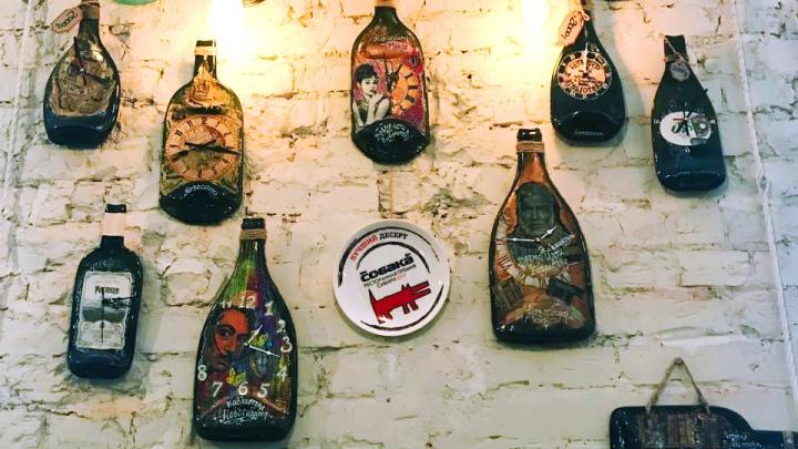 В новосибирском ресторане появилась стена с часами из трёхлитровых бутылок с Дали и Хэмингуэем