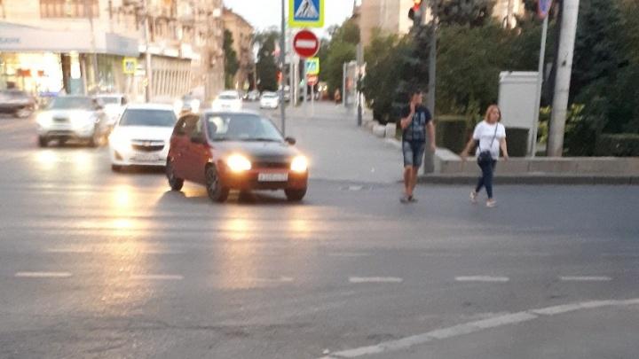 «Как не сбить человека и не сесть в тюрьму?»: пешеходы бросаются под колеса в центре Волгограда