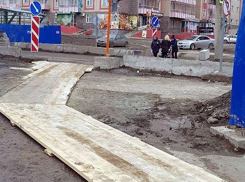 У стройки перехода на Киренского по грязи проложили тротуары из досок