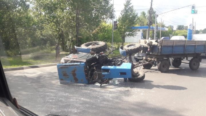 «Поспать прилёг»: в Ярославле на дороге опрокинулся трактор