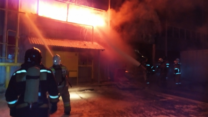 «Сотрудники пытались потушить сами»: на Челябинском компрессорном заводе рассказали о сильном пожаре