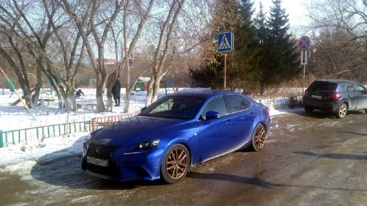 «Я паркуюсь как...»: народная месть, машины на тротуарах и беззаботный синий Lexus