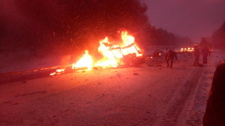 Появилось видео с фурой, загоревшейся после массового ДТП в Новосибирской области