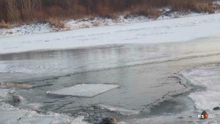 Машину нашли, его — нет: в Свердловской области мужчина провалился под лед вместе со своим авто