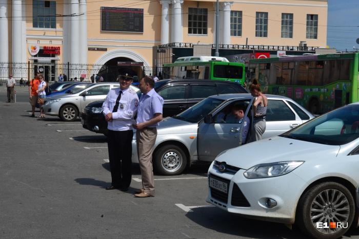 Сотрудники ГИБДД и минтранса проверяют водителей такси