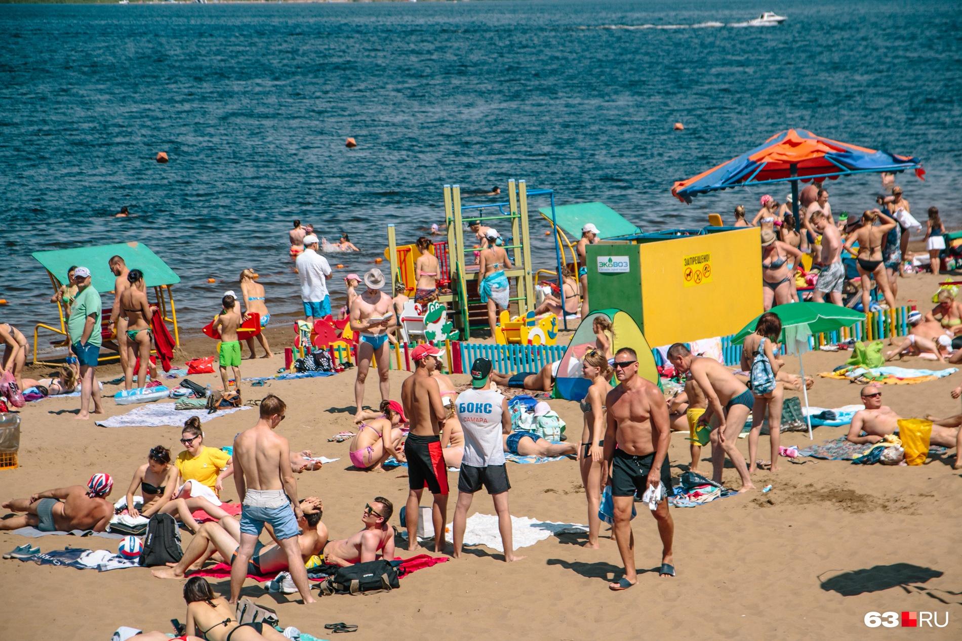 Стремясь скорее загореть, жители Поволжья готовы проводить на пляже дни напролет