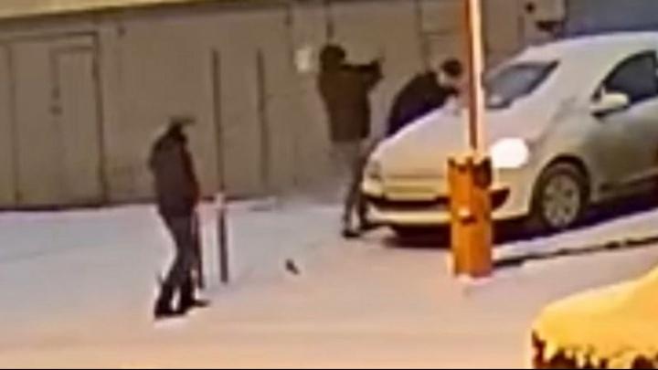 Появилось видео, как утром бандиты избили автомобилиста на ЖБИ