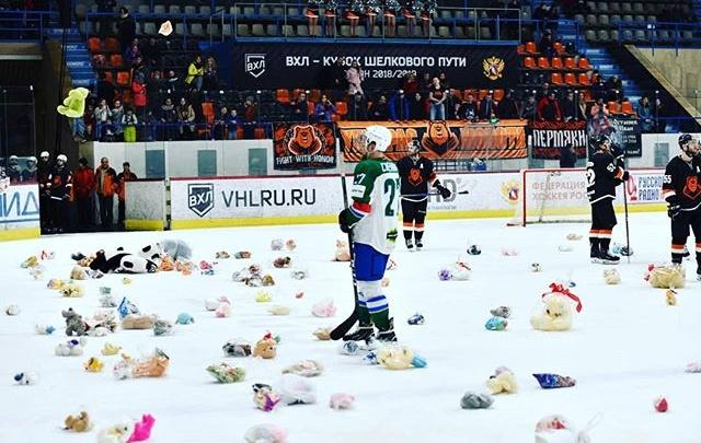 «Мишкопад» удался: в Перми болельщики ХК «Молот» бросили на лед тысячу игрушек