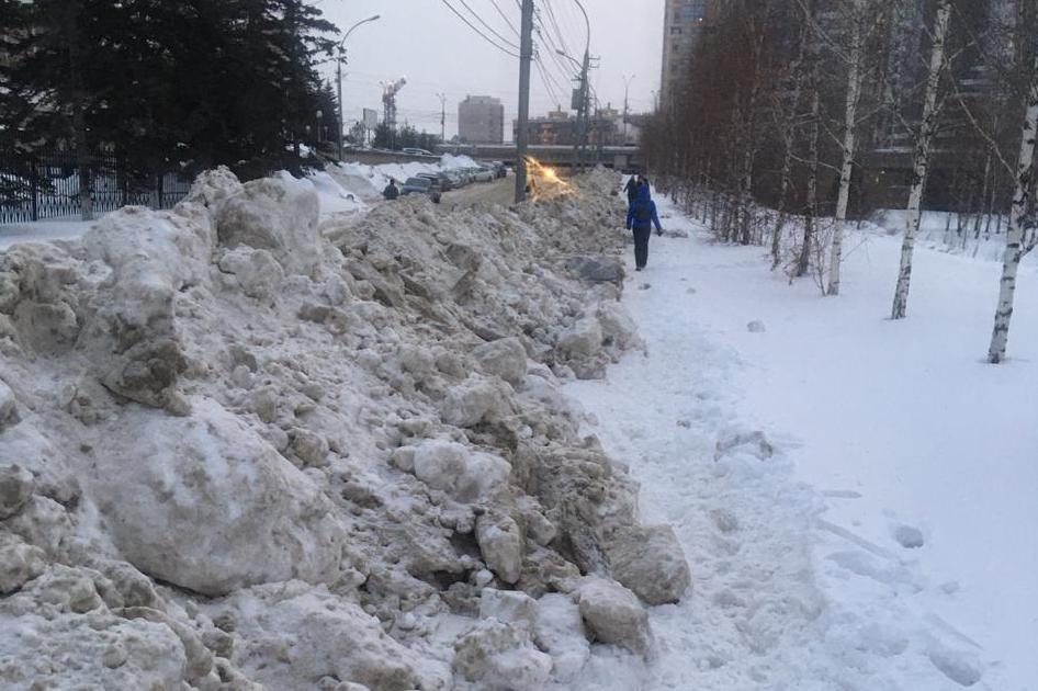 По сообщению читателей, в таком виде вчера был тротуар в Октябрьском районе