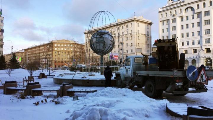 В сквере на Орджоникидзе поставили светящиеся по ночам трубы