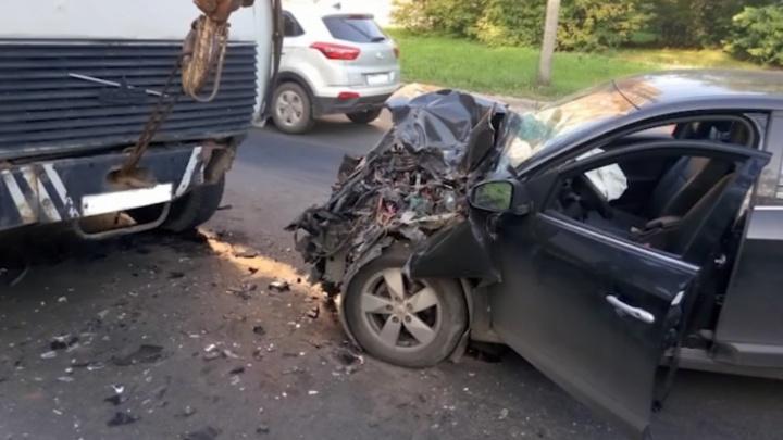 Водитель на Renault вылетел на встречку и врезался в кран в Московском районе