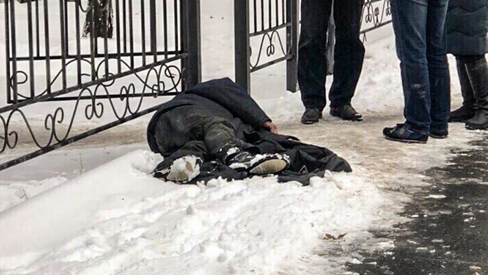 В Тюмени прохожие помогли бездомному, у которого случился приступ эпилепсии