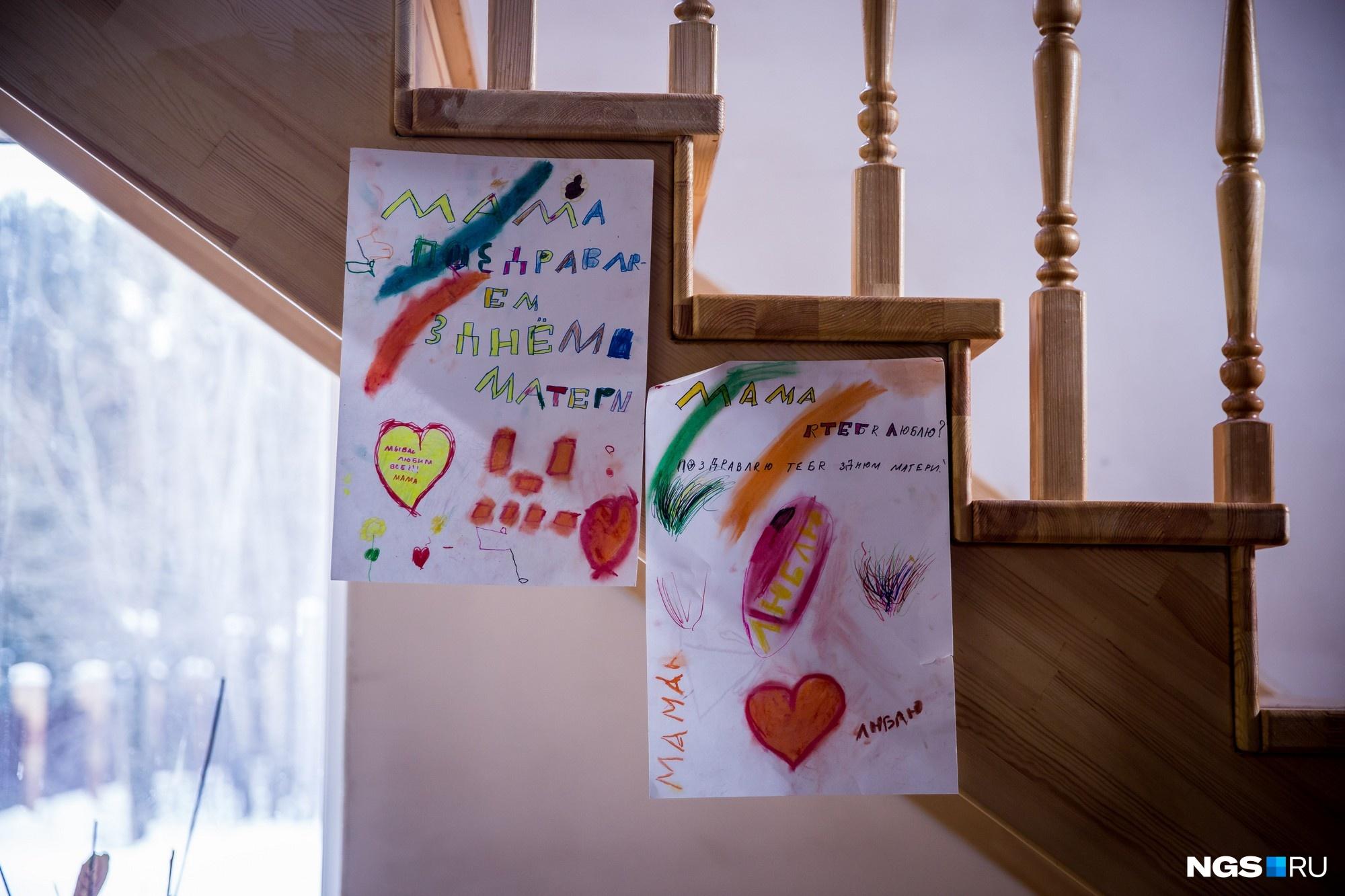 Дети приготовили открытки ко Дню матери