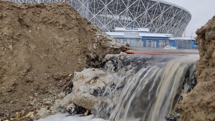 «Всего лишь легкий дождь прошел»: в Волгограде снова поплыл склон под стадионом