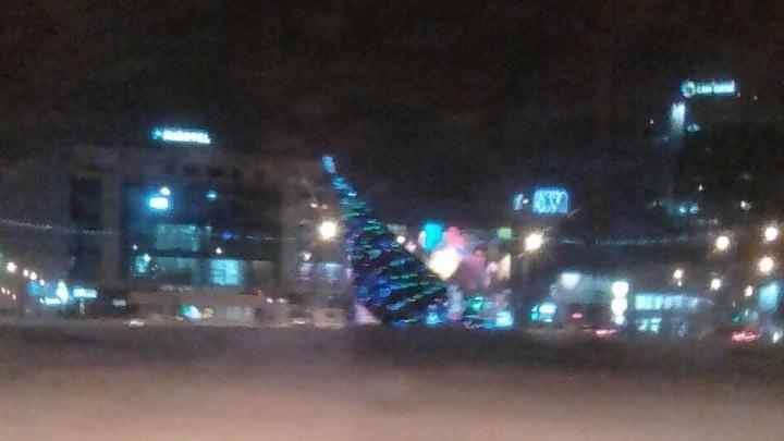 Фото: новогодняя ёлка на площади Маркса повалилась на бок под порывами ветра