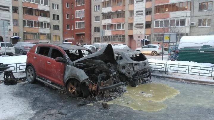 Поджигатели машин на Московском тракте попали на видео: подошли двое, через секунду бабахнул взрыв