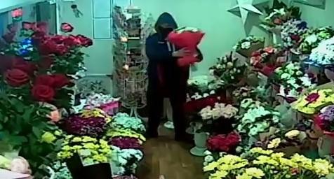 Чей принц на видео? В Екатеринбурге мужчина в маске украл из киоска экзотический букет