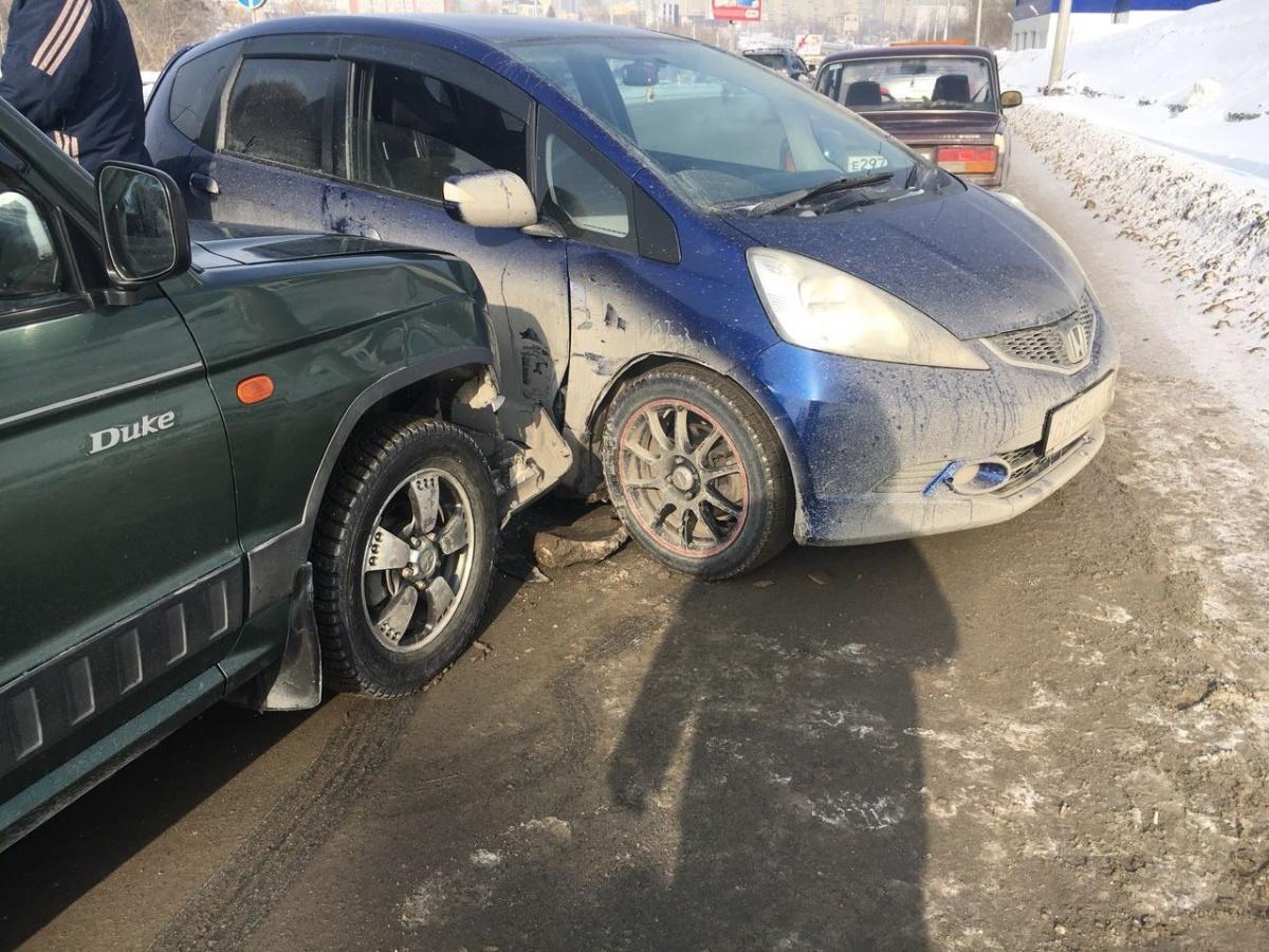 Столкновение трех автомобилей на Ипподромской собрало пробку на Военной