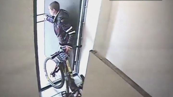 """""""Открутил звонок и унёс по пожарной лестнице"""": в Екатеринбурге молодой человек похитил дорогой велосипед"""